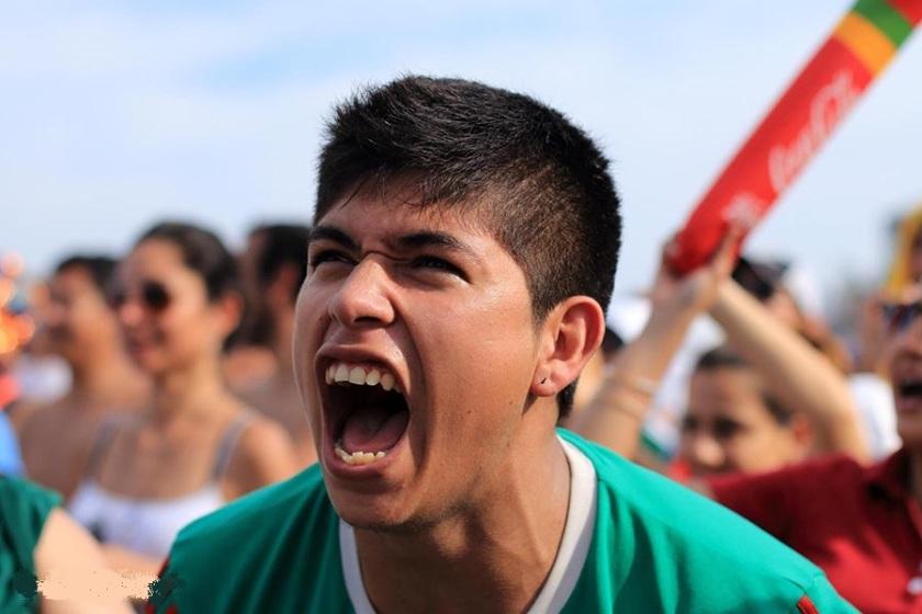 aficionado-mexicano-desesperado-por-la-derrota-de-la-seleccion-mexicana-de-futbool.jpg